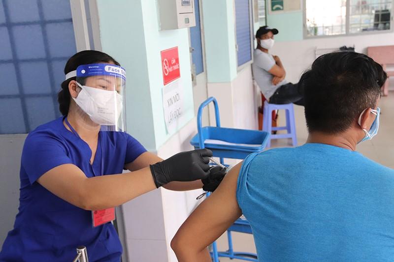 Người dân gặp khó khi cập nhật thông tin tiêm chủng - ảnh 1