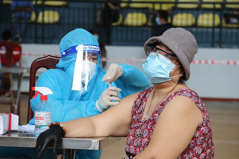 TP.HCM tiếp tục đẩy mạnh tiêm vaccine cho người dân - ảnh 1