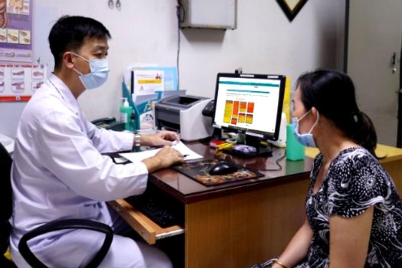 Vừa nới lỏng giãn cách, bệnh nhân xếp hàng khám bệnh - ảnh 1