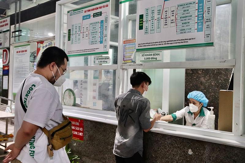 Vừa nới lỏng giãn cách, bệnh nhân xếp hàng khám bệnh - ảnh 2