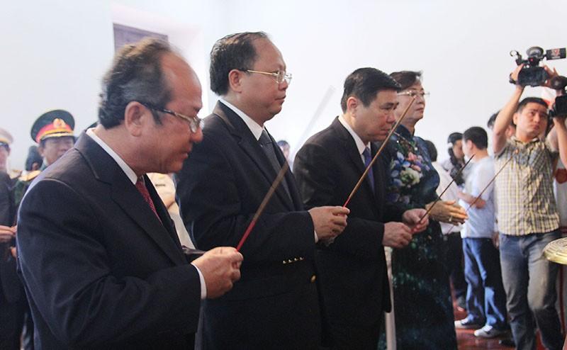 Lãnh đạo TP.HCM dâng hương, dâng hoa mừng sinh nhật Bác - ảnh 2