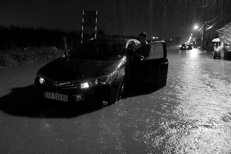 TP.HCM  mưa lớn, lại ngập nặng - ảnh 9