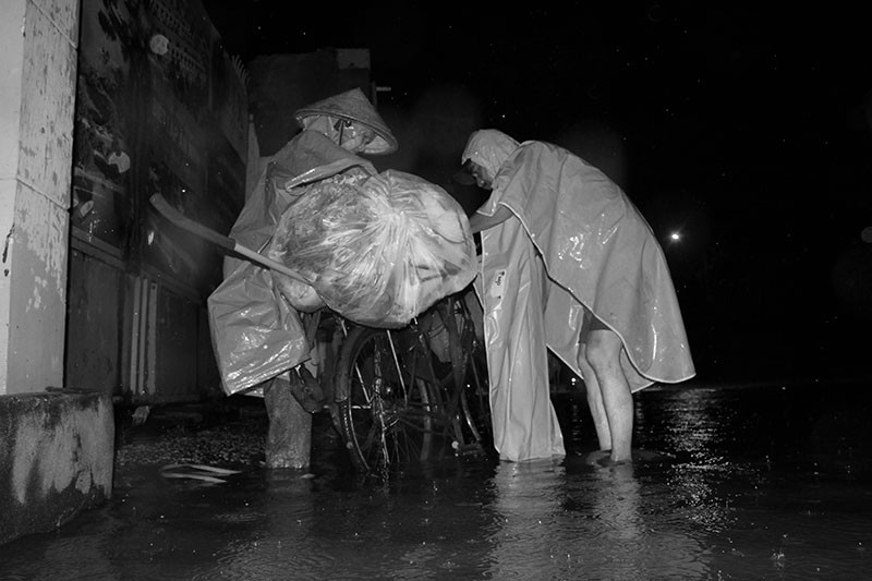 TP.HCM  mưa lớn, lại ngập nặng - ảnh 2