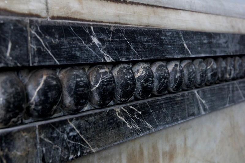 Độc đáo 2 mộ cổ xây bằng đá cẩm thạch nhập từ Pháp - ảnh 8
