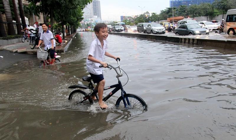 Mưa kết hợp triều cường nhấn chìm đường Nguyễn Hữu Cảnh - ảnh 10