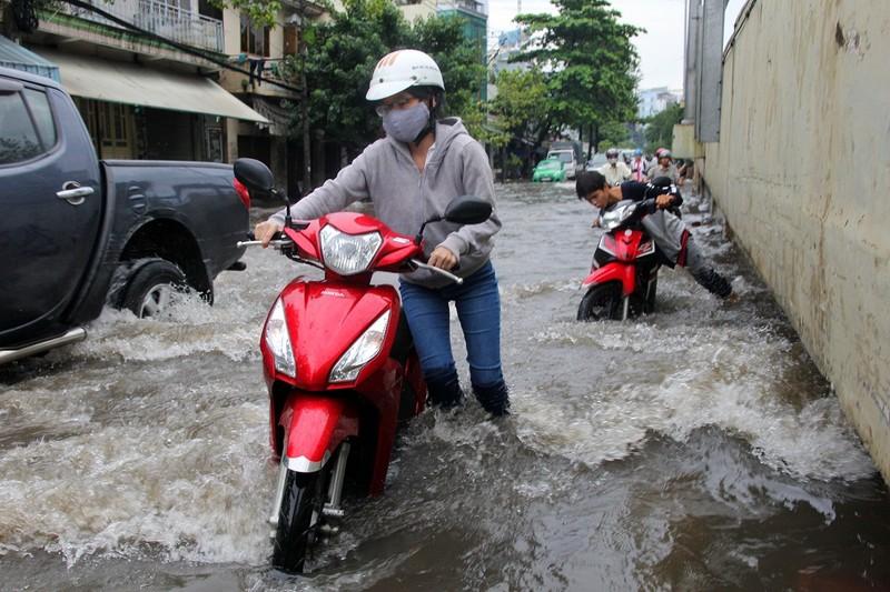 Mưa kết hợp triều cường nhấn chìm đường Nguyễn Hữu Cảnh - ảnh 11