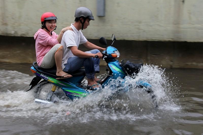 Mưa kết hợp triều cường nhấn chìm đường Nguyễn Hữu Cảnh - ảnh 18