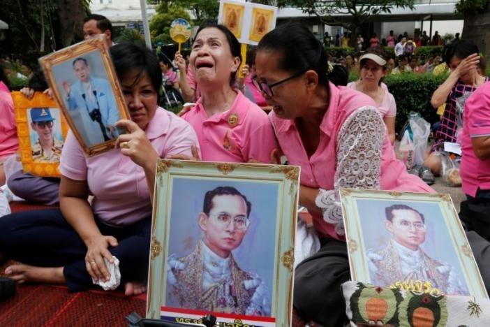 Người Thái khóc như mưa tiếc thương quốc vương - ảnh 11