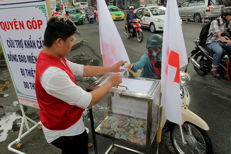 Ấm lòng người Sài Gòn quyên góp ủng hộ miền Trung - ảnh 10