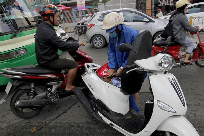 Ấm lòng người Sài Gòn quyên góp ủng hộ miền Trung - ảnh 11