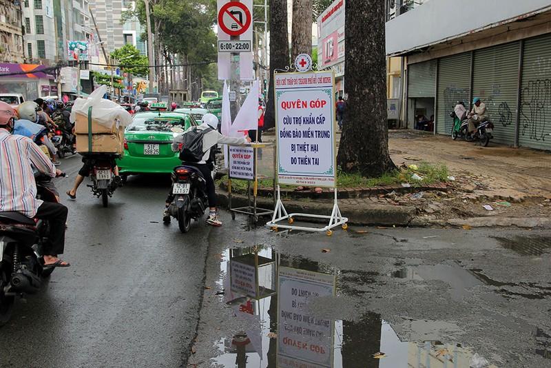Ấm lòng người Sài Gòn quyên góp ủng hộ miền Trung - ảnh 1