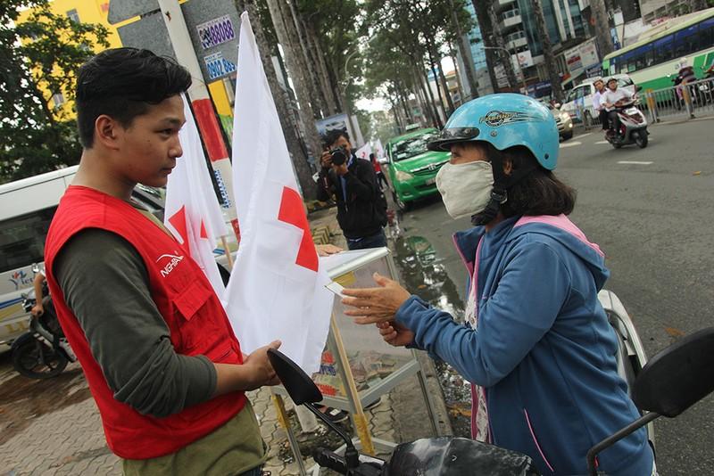 Ấm lòng người Sài Gòn quyên góp ủng hộ miền Trung - ảnh 2