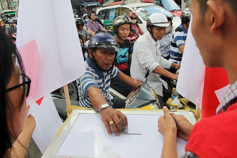 Ấm lòng người Sài Gòn quyên góp ủng hộ miền Trung - ảnh 5