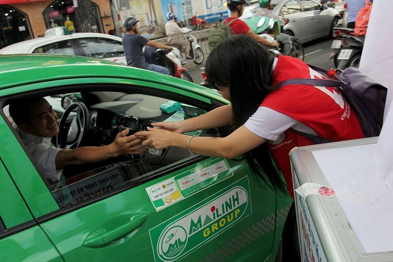 Ấm lòng người Sài Gòn quyên góp ủng hộ miền Trung - ảnh 9