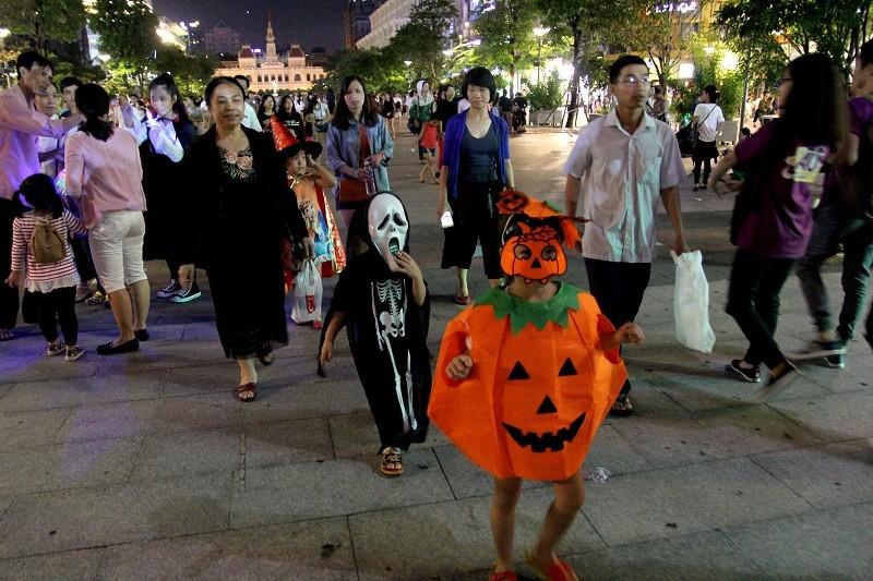 Hóa thành xác sống trẩy hội Halloween trên phố đi bộ - ảnh 10