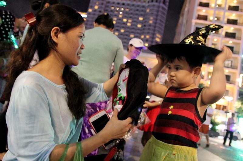 Hóa thành xác sống trẩy hội Halloween trên phố đi bộ - ảnh 11
