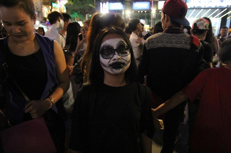 Hóa thành xác sống trẩy hội Halloween trên phố đi bộ - ảnh 14