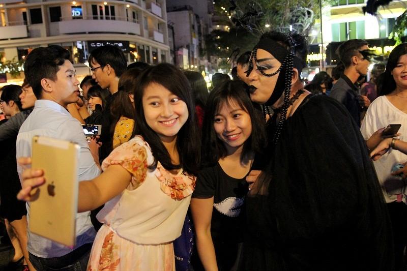 Hóa thành xác sống trẩy hội Halloween trên phố đi bộ - ảnh 15