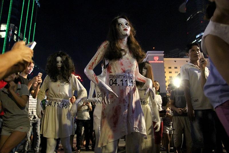 Hóa thành xác sống trẩy hội Halloween trên phố đi bộ - ảnh 2