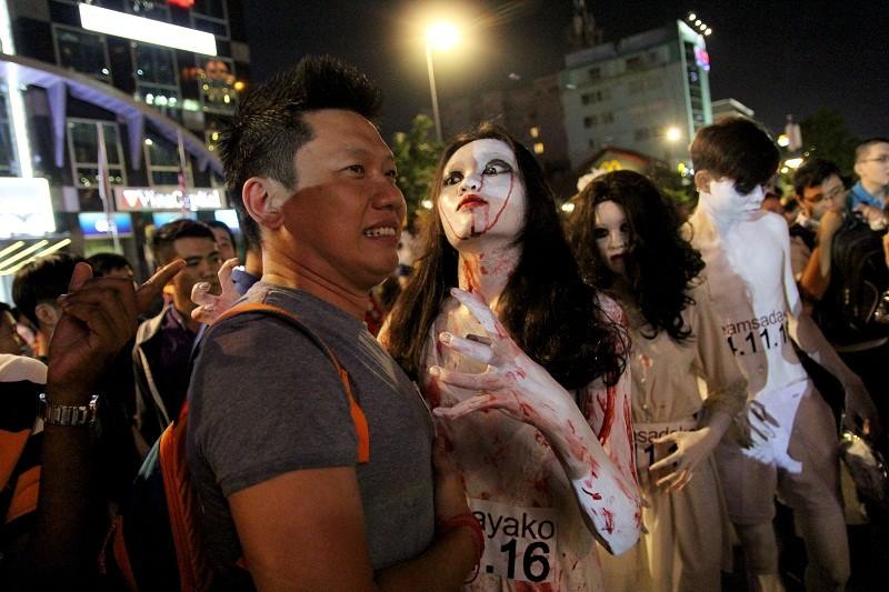 Hóa thành xác sống trẩy hội Halloween trên phố đi bộ - ảnh 3