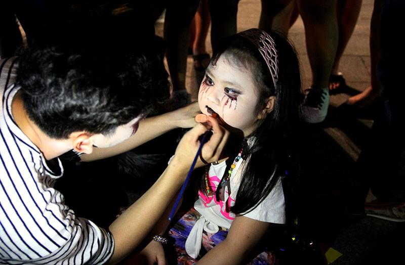 Hóa thành xác sống trẩy hội Halloween trên phố đi bộ - ảnh 7