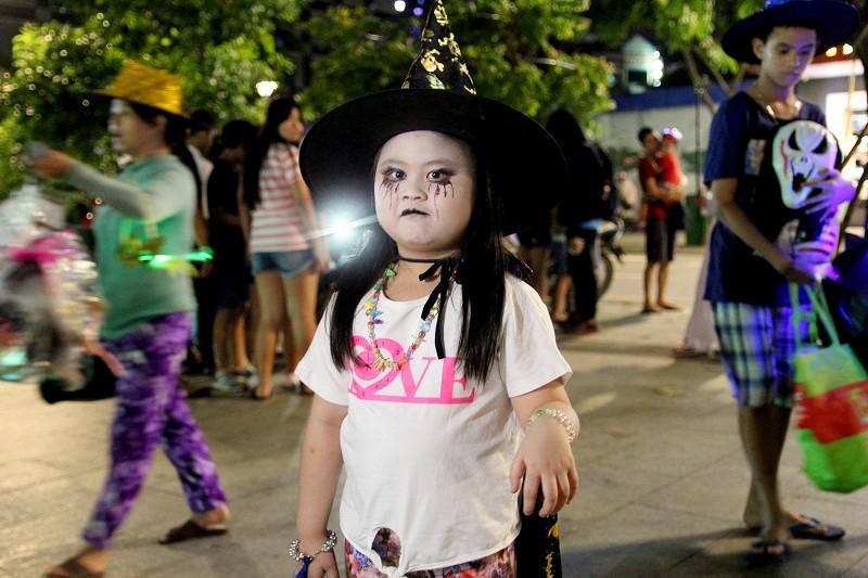 Hóa thành xác sống trẩy hội Halloween trên phố đi bộ - ảnh 8