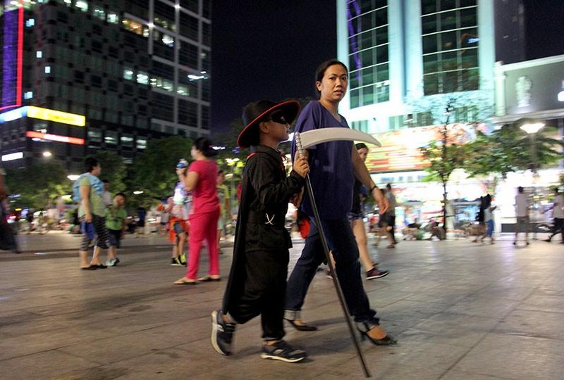 Hóa thành xác sống trẩy hội Halloween trên phố đi bộ - ảnh 9