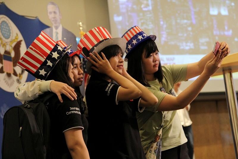 Muôn kiểu chờ đợi kết quả bầu cử tổng thống Mỹ ở TP.HCM - ảnh 6