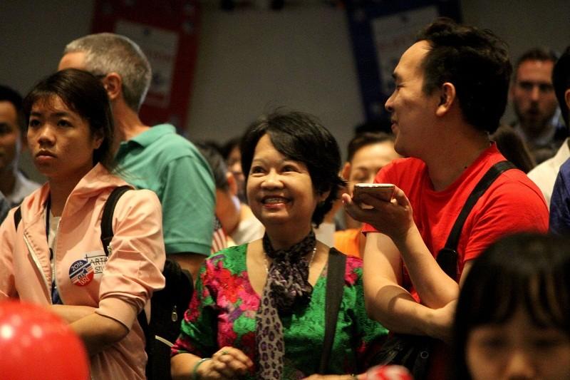 Muôn kiểu chờ đợi kết quả bầu cử tổng thống Mỹ ở TP.HCM - ảnh 11