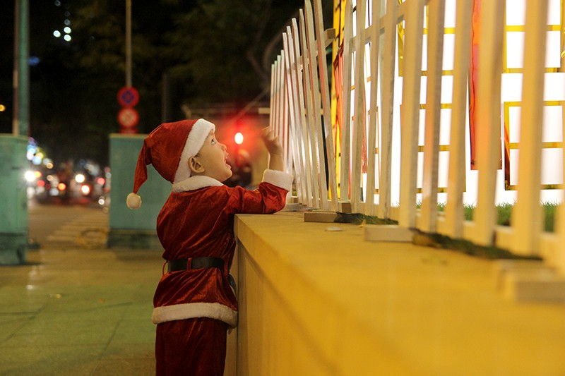 Người dân TP.HCM tấp nập xuống phố chơi Noel sớm - ảnh 15
