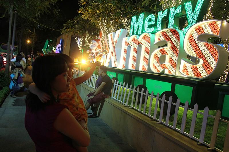 Người dân TP.HCM tấp nập xuống phố chơi Noel sớm - ảnh 21