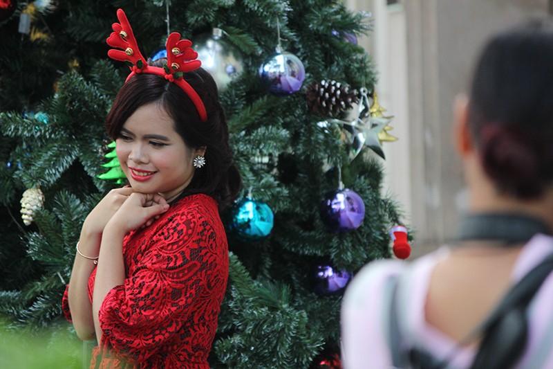 Người dân TP.HCM tấp nập xuống phố chơi Noel sớm - ảnh 8