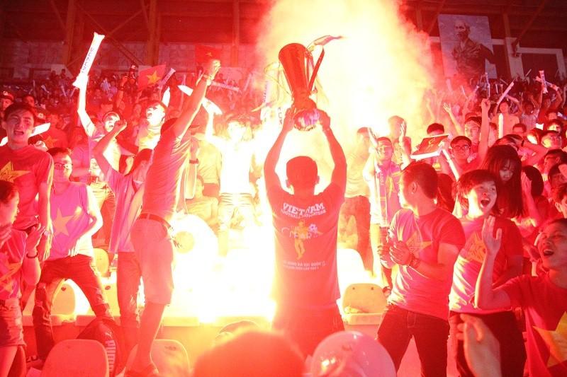 Người hâm mộ bật khóc khi tuyển Việt Nam thua Indonesia - ảnh 10