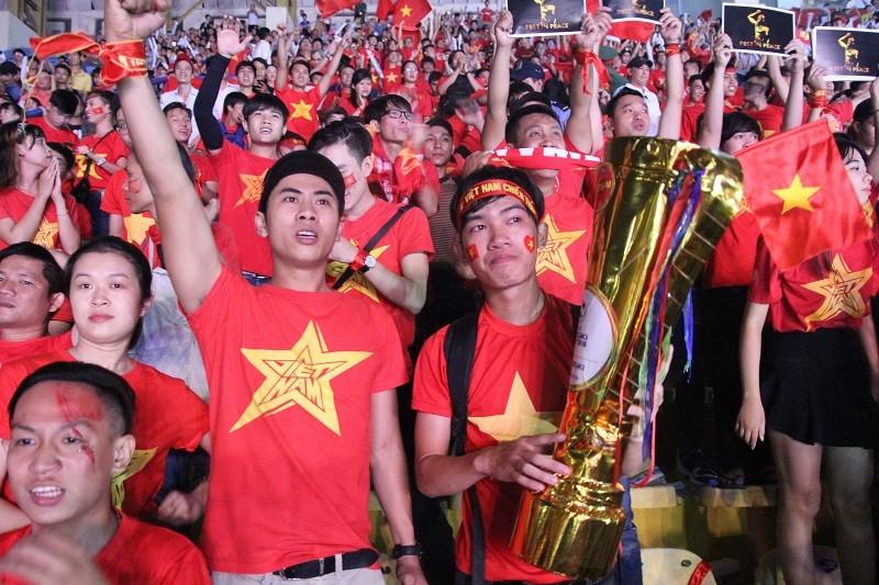 Người hâm mộ bật khóc khi tuyển Việt Nam thua Indonesia - ảnh 16