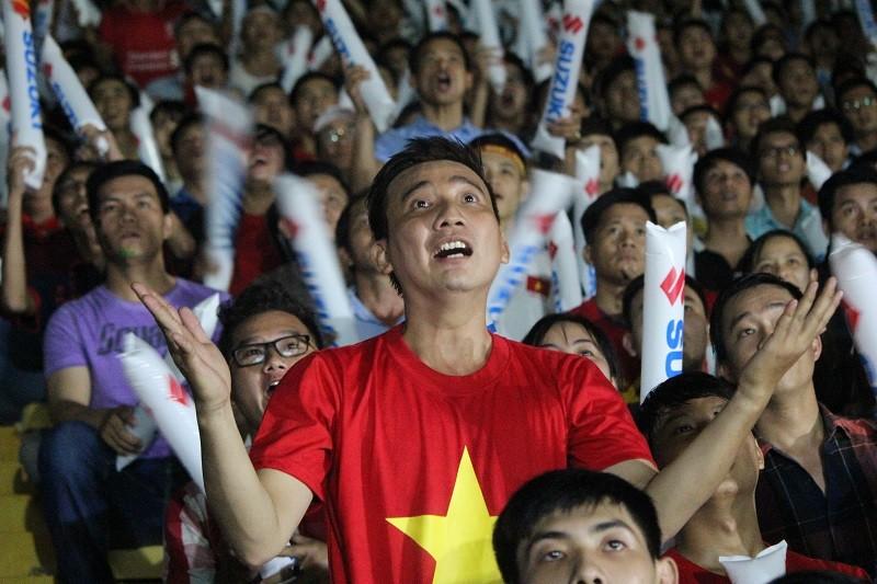 Người hâm mộ bật khóc khi tuyển Việt Nam thua Indonesia - ảnh 5