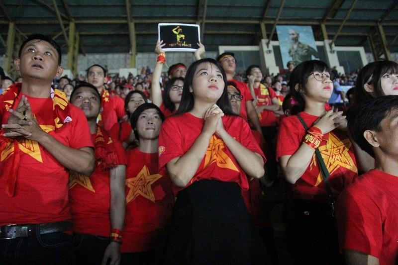 Người hâm mộ bật khóc khi tuyển Việt Nam thua Indonesia - ảnh 7