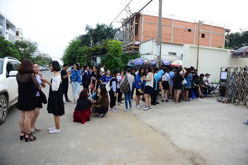 Fan Việt 'gặm bánh mì' chờ xem ca sĩ Hàn ghi hình - ảnh 13