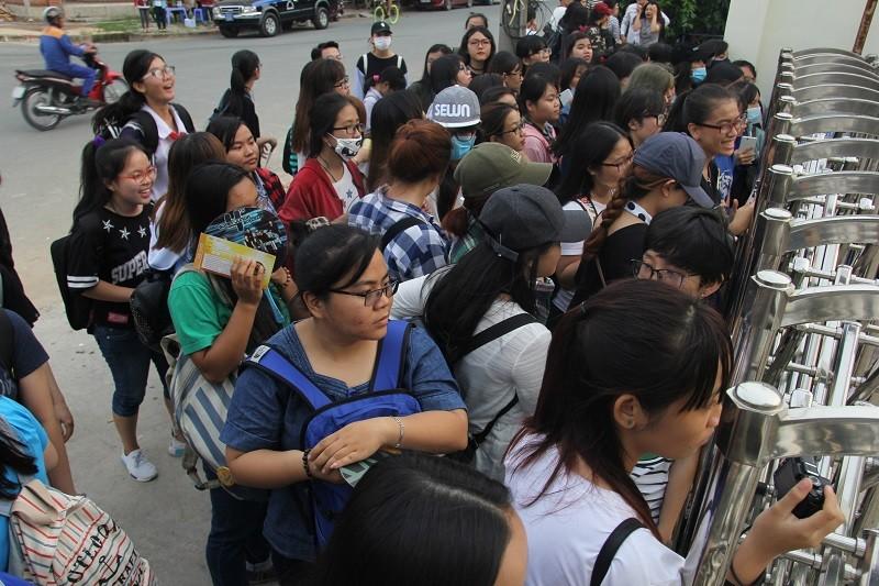 Fan Việt 'gặm bánh mì' chờ xem ca sĩ Hàn ghi hình - ảnh 15