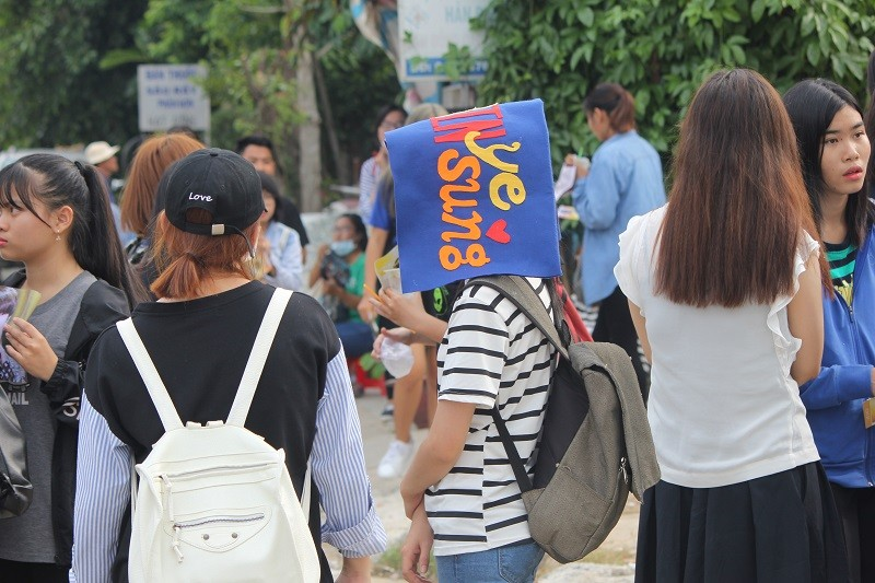 Fan Việt 'gặm bánh mì' chờ xem ca sĩ Hàn ghi hình - ảnh 16