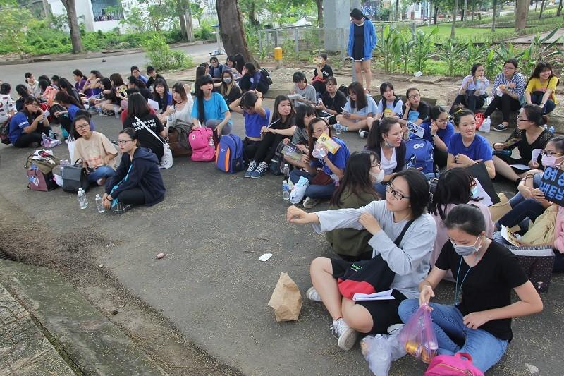 Fan Việt 'gặm bánh mì' chờ xem ca sĩ Hàn ghi hình - ảnh 1