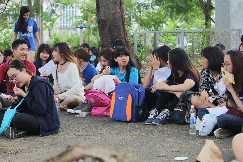 Fan Việt 'gặm bánh mì' chờ xem ca sĩ Hàn ghi hình - ảnh 2
