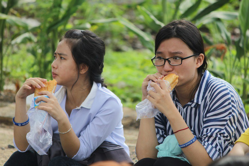Fan Việt 'gặm bánh mì' chờ xem ca sĩ Hàn ghi hình - ảnh 3