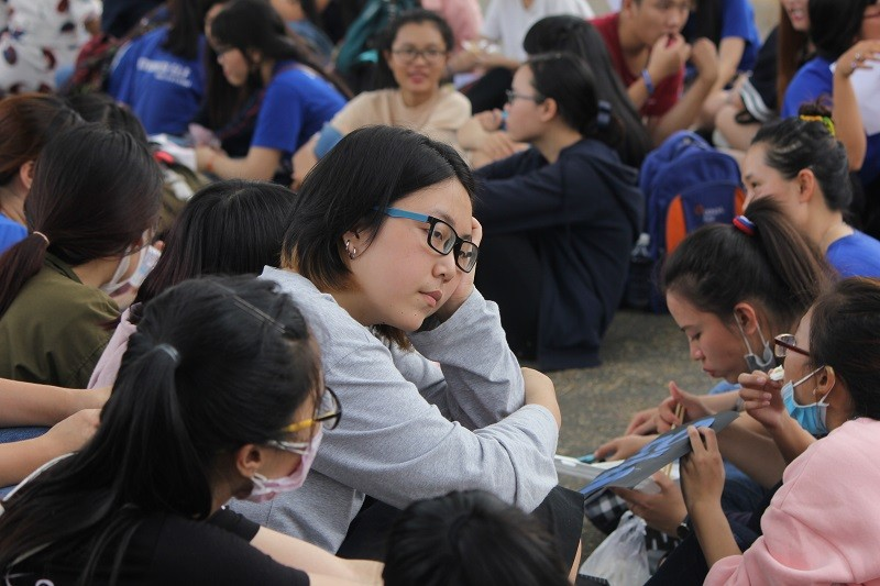 Fan Việt 'gặm bánh mì' chờ xem ca sĩ Hàn ghi hình - ảnh 4