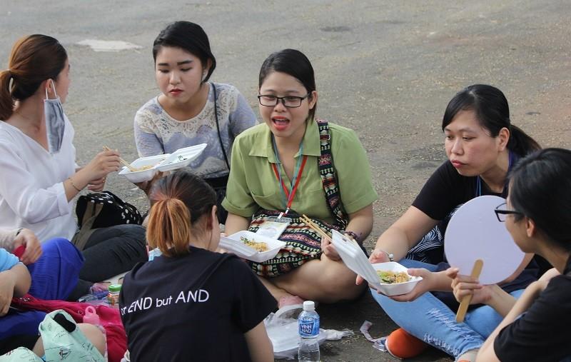 Fan Việt 'gặm bánh mì' chờ xem ca sĩ Hàn ghi hình - ảnh 5
