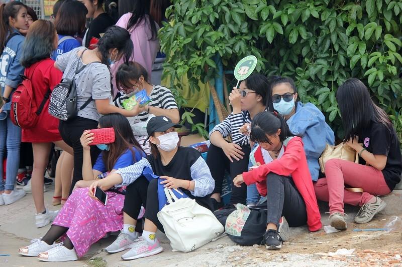 Fan Việt 'gặm bánh mì' chờ xem ca sĩ Hàn ghi hình - ảnh 6