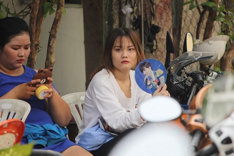 Fan Việt 'gặm bánh mì' chờ xem ca sĩ Hàn ghi hình - ảnh 7