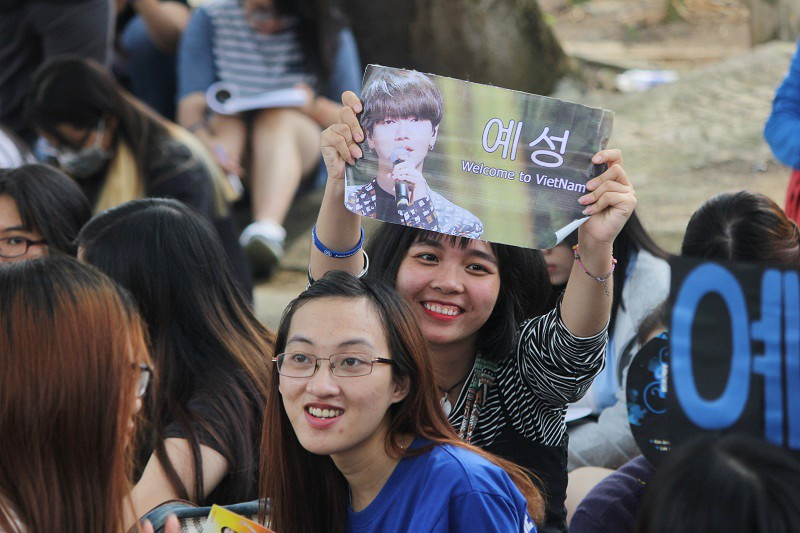 Fan Việt 'gặm bánh mì' chờ xem ca sĩ Hàn ghi hình - ảnh 9