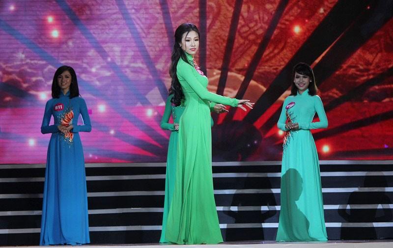 Ngắm các nữ sinh viên VN duyên dáng trong tà áo dài - ảnh 11