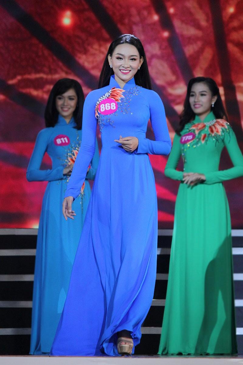 Ngắm các nữ sinh viên VN duyên dáng trong tà áo dài - ảnh 12