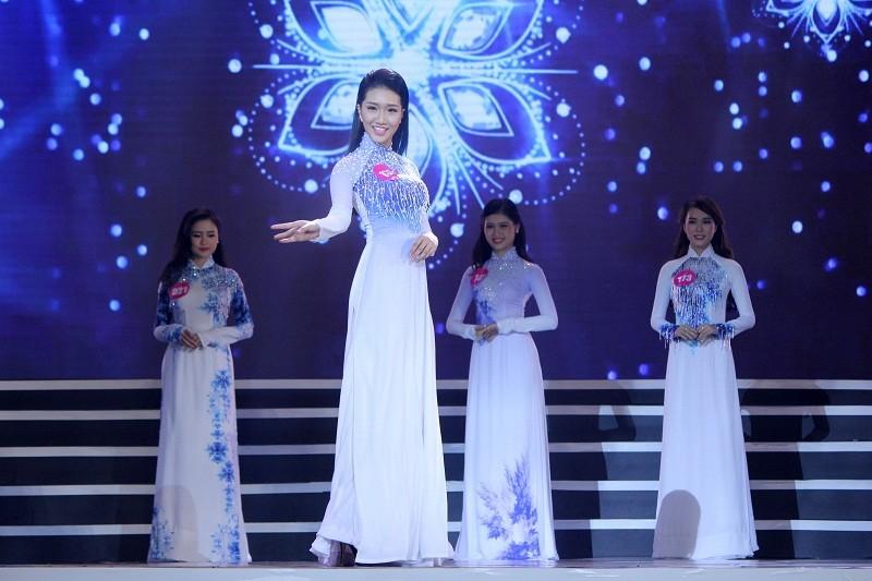 Ngắm các nữ sinh viên VN duyên dáng trong tà áo dài - ảnh 2